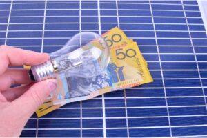 Panel solar, dinero y bombillo
