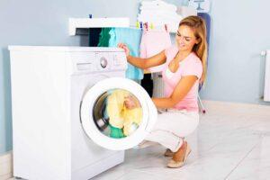 lavadora y mujer